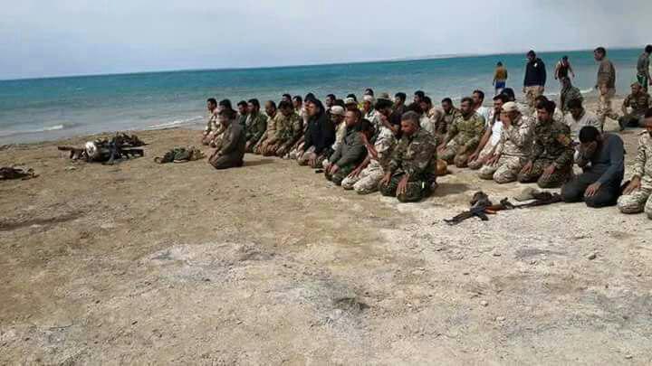 نماز جماعت رزمندگان سرایا السلام در کنار ساحل تازه آزاد شده دریاچه مهم الثرثار