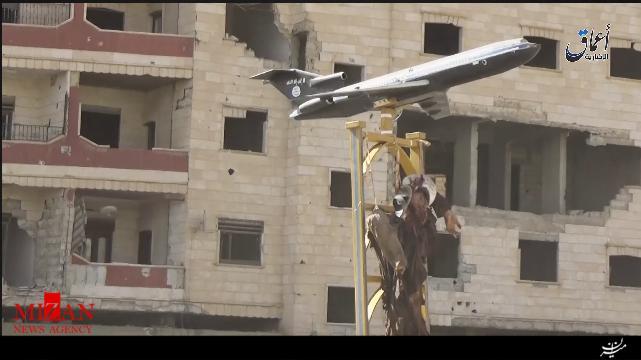 داعش جنگنده ارتش سوریه را ساقط کرد/ خلبان به صلیب کشیده شد + عکس
