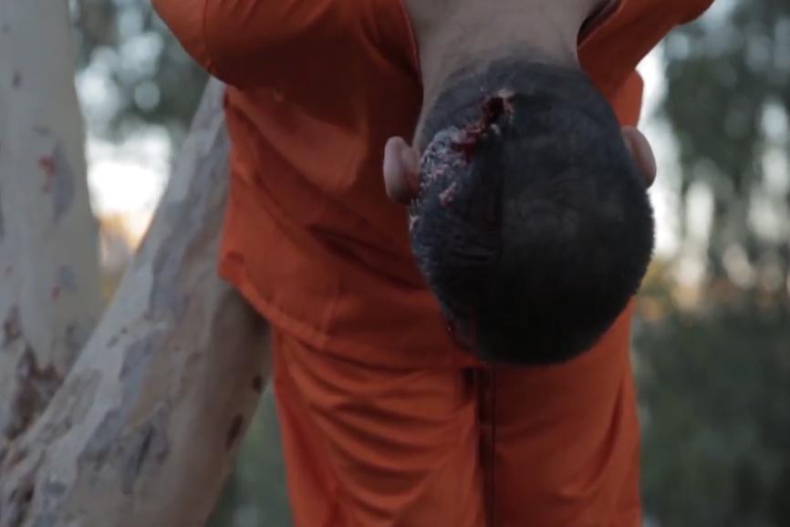 پیرمرد تکتیرانداز داعش یک شهروند عراقی را اعدام کرد + تصاویر(۱۸+)