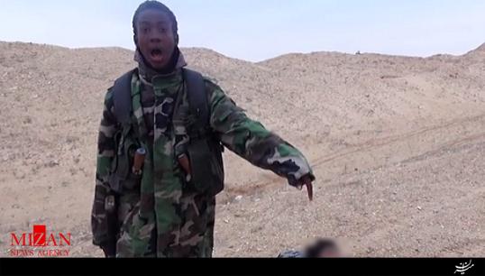اعلان بیانیه داعش در کنار جسد سربریده + فیلم (۱۶+)