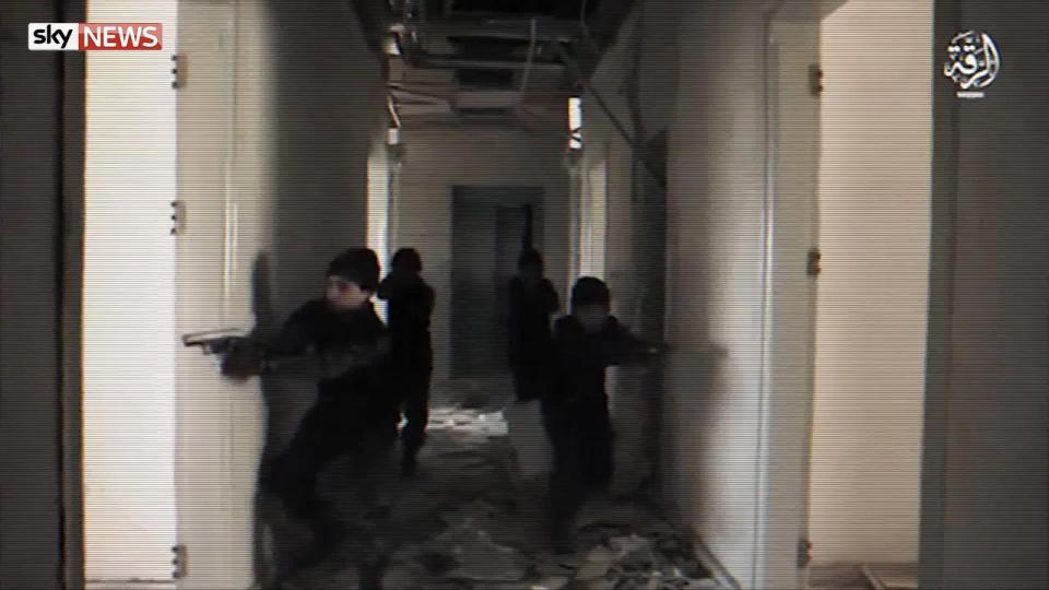 کودکان شکارچی داعش چگونه آدم میکشند + فیلم