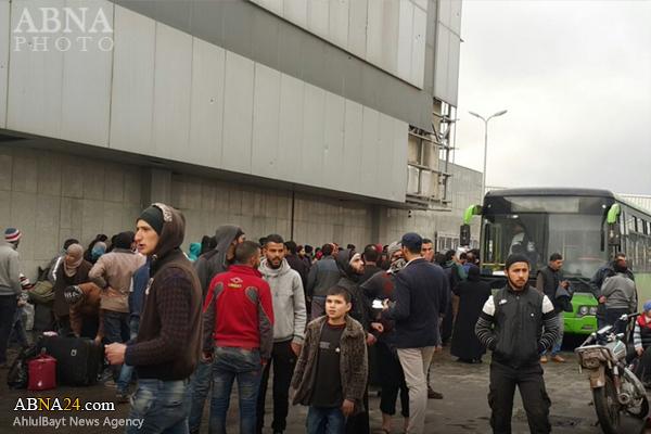 خروج نخستین گروه از افراد مسلح با خانوادههایشان از منطقه الوعر سوریه + عکس