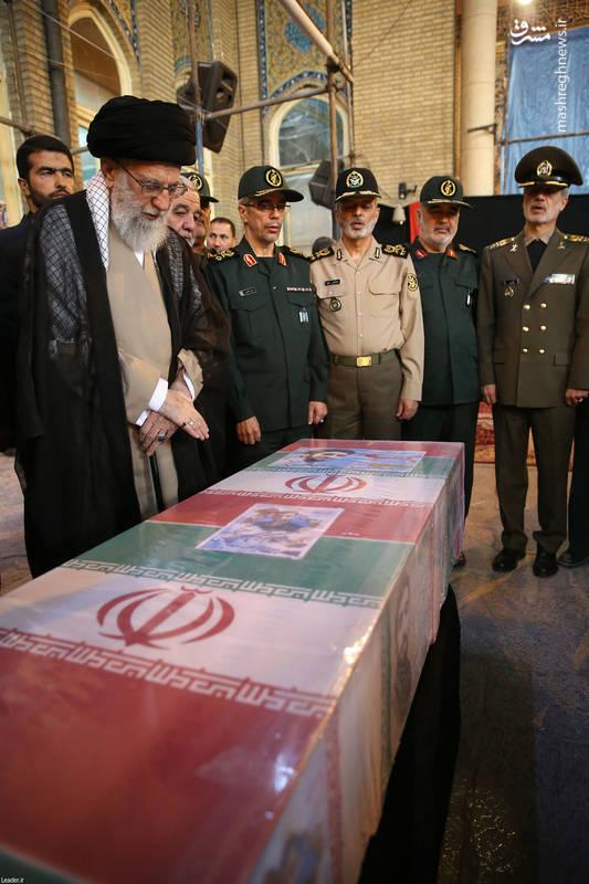 عکس/ حضور رهبرانقلاب در کنار پیکر شهید حججی