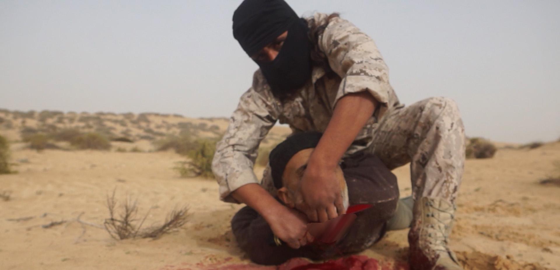 داعش یک مرد را به اتهام جاسوسی برای ارتش مصر سر برید + عکس