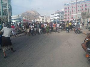 صدای پای انقلاب در جنوب و شرق یمن علیه ائتلاف غربی – عربی – صهیونیستی/ اعتراض، اعتصاب و تعطیلی ادارات در مناطق اشغالی ۷ استان یمن +عکس