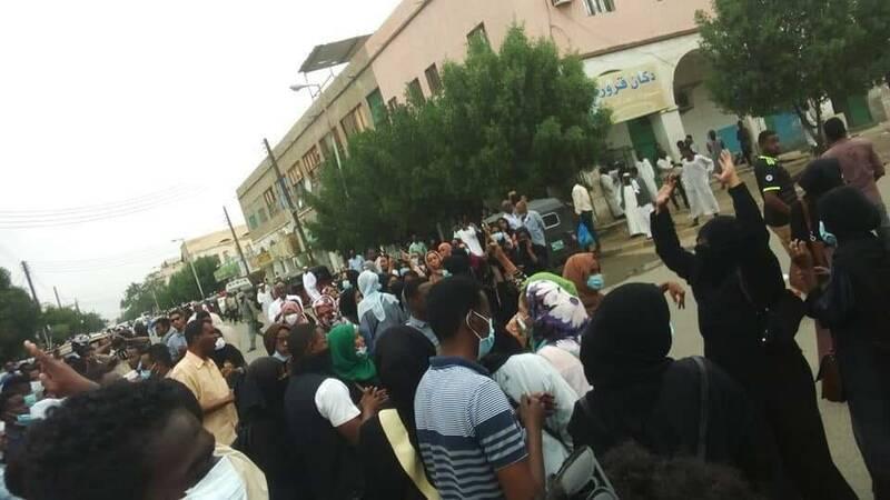 سودان یک ماه پس از تظاهرات گسترده مردمی/ عمرالبشیر: قدرت را به ارتش واگذار میکنم/ کشاندن مردم به خیابانها توطئه است + عکس
