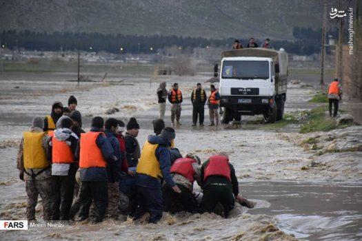 عکس/ نجات اهالی یک روستا توسط تکاوران سپاه